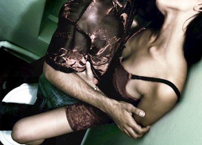 Sesso in bagno video diventa virale: la perversione 2.0 a chi